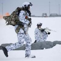 Un soldat court dans la neige.