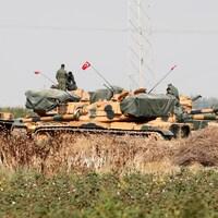 Des soldats turcs debout sur des chars
