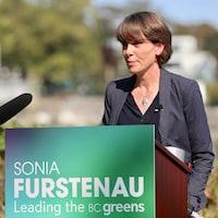 Sonia Furstenau est debout derrière un lutrin et sourit.      Sonia Furstenau - party leader