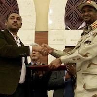 Mohamed Hamdan Daglo et Ahmad Al-Rabiah se serrent la main.