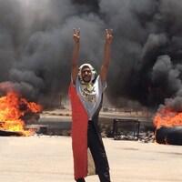 Un manifestant dans les rue de Khartoum, la capitale soudanaise