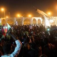 Une immense foule, certains avec des drapeaux