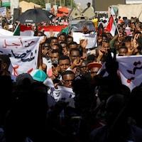Les contestataires manifestent devant le ministère de la Défense à  Khartoum.