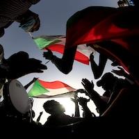 Des manifestants avec des drapeaux et des tambours.