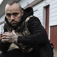 Un homme avec des tatouages
