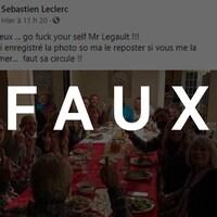 Des personnes rassemblées autour d'une table mangent de la dinde et font des doigts d'honneur. Le mot FAUX est transposé sur la photo.
