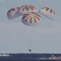 Les images en direct de la NASA ont montré l'ouverture sans accroc des parachutes, avec un amerrissage à 8 h 45 à environ 370 km des côtes de Floride.