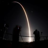 Une trace lumineuse dans un ciel en pleine nuit : il s'agit de la fusée Rocket dans sa montée dans l'espace.