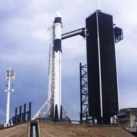 La fusée sur le pas de tir, au centre spatial Kennedy.