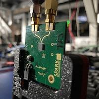 Une puce de Spark Microsystems dans un laboratoire.