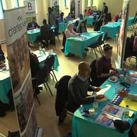 Des demandeurs d'emploi et des représentants d'entreprises  se rencontrent dans le cadre de la 4e édition du speed jobbing à Montréal.