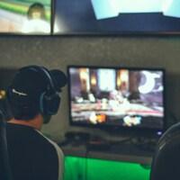 Deux gamers de dos devant des écrans.