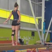 La gymnaste Marilou Gosselin s'entraîne sur une poutre.