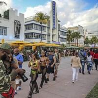 Des personnes marchant dans la rue à Miami.