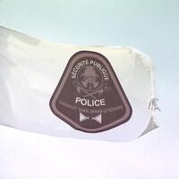 Un drapeau blanc avec le logo du Service de police.