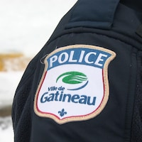 L'écusson du Service de police de la Ville de Gatineau sur l'uniforme d'un policier.