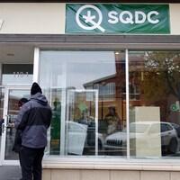 Une personne attend devant la succursale de la SQDC de Rimouski