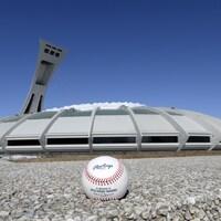 Une balle de baseball déposée par terre devant le stade olympique de Montréal.