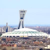 Vue générale du Stade olympique de Montréal dans son environnement, au printemps.