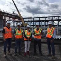 Un groupe de visiteurs sur un chantier