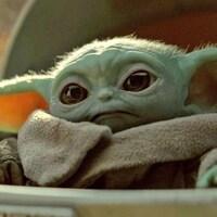 Petite créature verte aux grandes oreilles pointues et aux grands yeux.