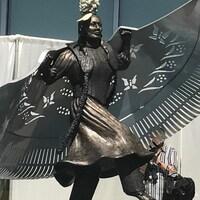 La statue réalisée par l'artiste cri Lionel Peyachew  est inspirée d'Amber Redman, assassinée en 2005.