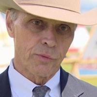 Steve Allan, portant un chapeau de cowboy.