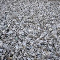 Sales et écrasés, ces contenants vus de haut forment un énorme amas de déchets.