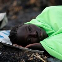 Une Sud-Soudanaise attend son tour pour obtenir de la nourriture acheminée par l'ONU.