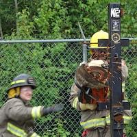 Un pompier manie un scie ronde.