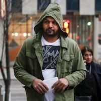 Sukhmander Singh, le visage long, porte une verte à capuchon.