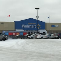 Le stationnement du magasin Walmart Supercentre de Val-d'Or.