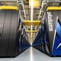 Plusieurs rangées de machines qui constituent le superordinateur.