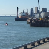 La Sûreté du Québec mène des recherches au port de Trois-Rivières pour tenter de retrouver un marin disparu.