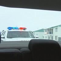 Un véhicule de la Sûreté du Québec est derrière un véhicule.