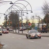 Des voitures circulent sur une artère de Surrey.
