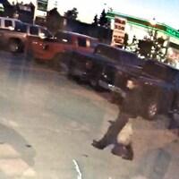 Une photo floue du suspect marchant dans un stationnement.