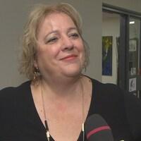 Suzanne Campagne se tient debout et sourit durant une entrevue (archives).