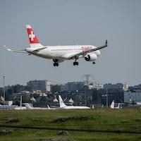 Un A220 aux couleurs de Swiss Airlines atterrit.