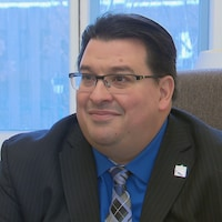 Sylvain Lévesque accorde une entrevue au journaliste de Radio-Canada Nicolas Vigneault dans son bureau de l'Assemblée nationale.
