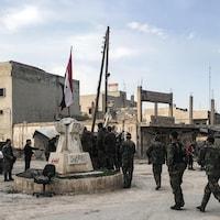 Des soldats autour d'un monument.