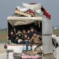 Des enfants déplacés à bord d'une camionnette à Afrin, en Syrie, le 18 février 2020.