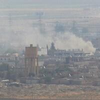 La fumée monte au-dessus de la ville syrienne de Ras al-Aïn vue depuis la ville frontalière turque de Ceylanpinar.