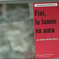 Affiche publicitaire de l'Association pulmonaire du Canada montrant un bébé enfumé dans son siège d'auto.