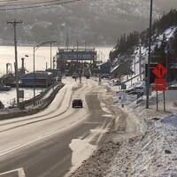 Une voiture descend la grande côte de Tadoussac qui mène au quai du traversier.