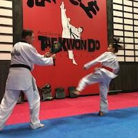 Une adolescente pratique avec son entraîneur.