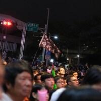 Des militants tiennent une banderole.