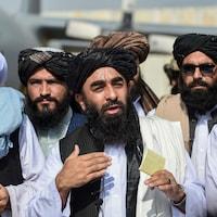 Des talibans habillés de blanc.