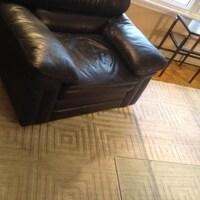 Un tapis sur un plancher.