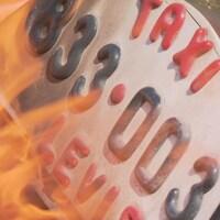 Une enseigne de taxi en feu.